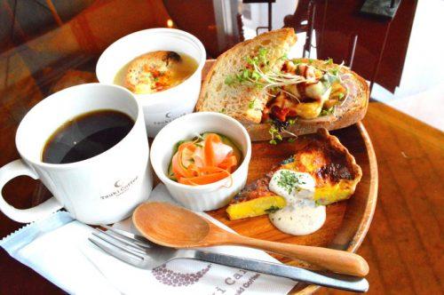 【カフェレポ】月カフェ「Tsuki Cafe」山形駅前店|大胆な吹き抜けが話題の人気店