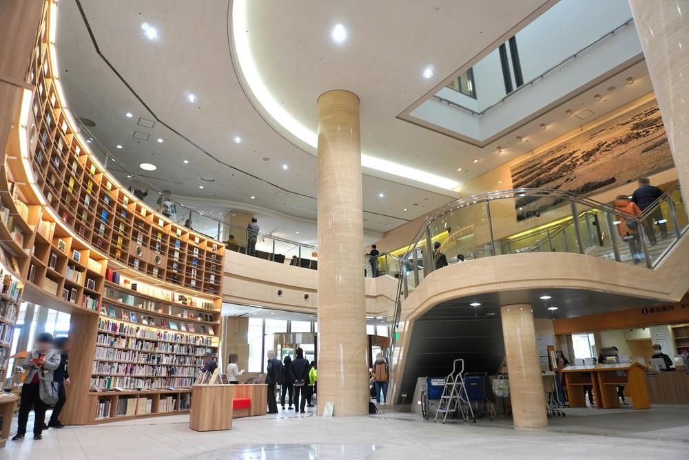 山形県立図書館-遊学館-館内の様子-エントランスホール1